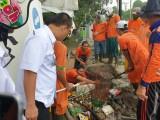 Bersama Warga Gotong Royong Bersihkan lingkungan dan bersihkan drainase