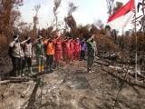 Kibarkan Bendera Merah Putih Diatas Lahan Kebakaran