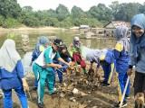 Kepala SMAN 3 Lais beserta Puluhan Siswa didik baru yang mengikuti MPLS ikut membersihkan tumpukan sampah dibantaran sungai batang hari leko Petaling